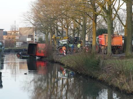 Tractor kantelt bijna sloot in bij baggerwerk in Vijfhoek Deventer