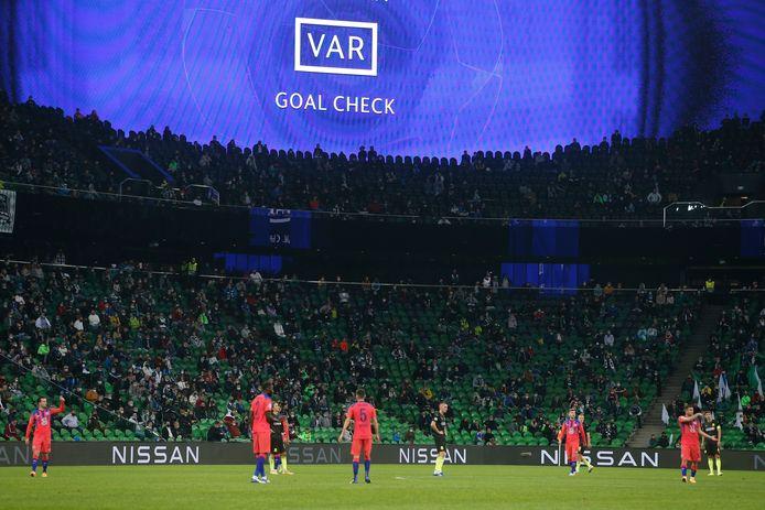 De VAR in actie bij FC Krasnodar-Chelsea, eind oktober.