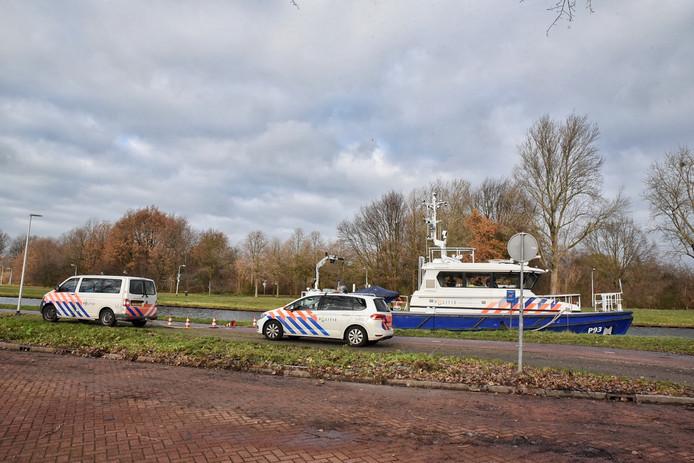 De politie zoekt zaterdagmiddag in een kanaal in Tilburg.