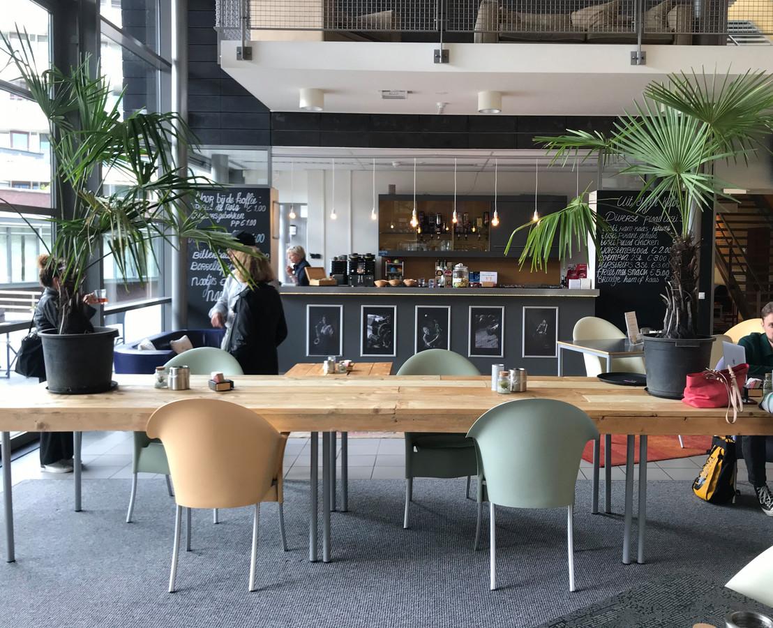De Hofdael-foyer waar geflexwerkt kan worden en huisgemaakte cake op het menu staat.