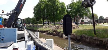 Kraanschip speelt mikado met de verrotte damwandplanken van het Wilhelminakanaal