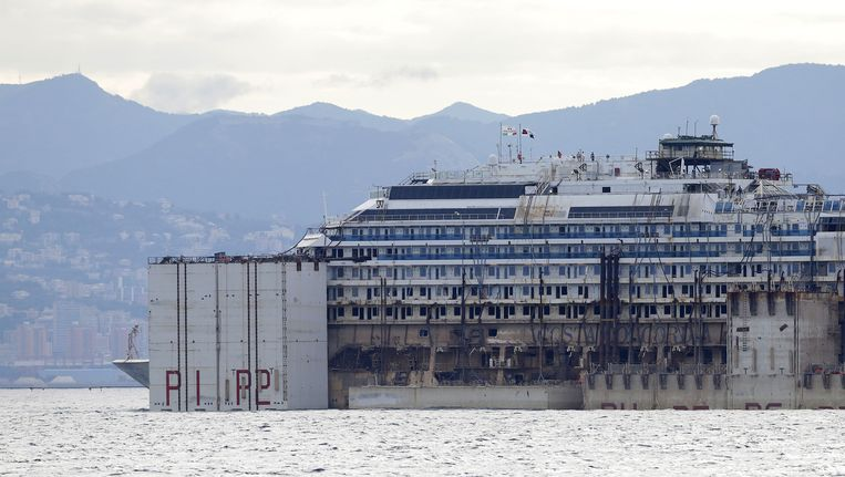 Het wrak van de Costa Concordia wordt weggesleept Beeld ap