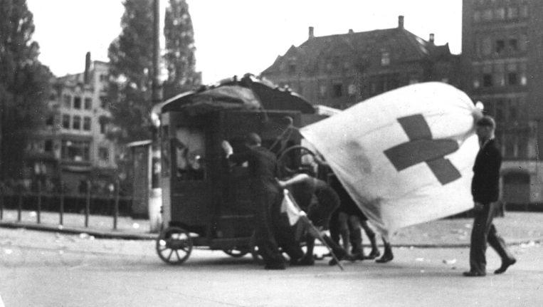Verzorging van de gewonden van het schietincident op de Dam op 7 mei 1945. Beeld anp