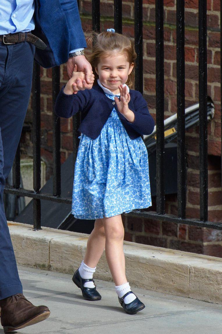 Prinses Charlotte wuift naar de menigte voor de deuren van het St Mary's Hospital in Londen waar ze haar pasgeboren broertje gaat bezoeken.