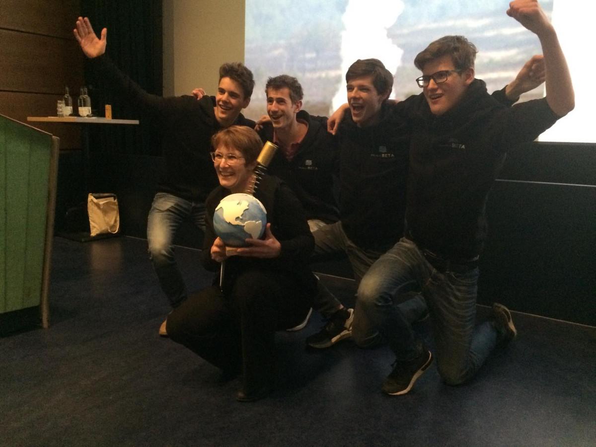 Niels, Rens, Jesse, Tim en vooraan  begeleidster en natuurkund docente mevrouw Everstein.