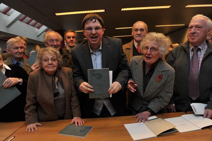 ARCHIEF: Reine en Rose Marie De Coninck met archivaris Jeroen Trio tijdens de voorstelling van het oorlogsdagboek in Wetteren in 2010.