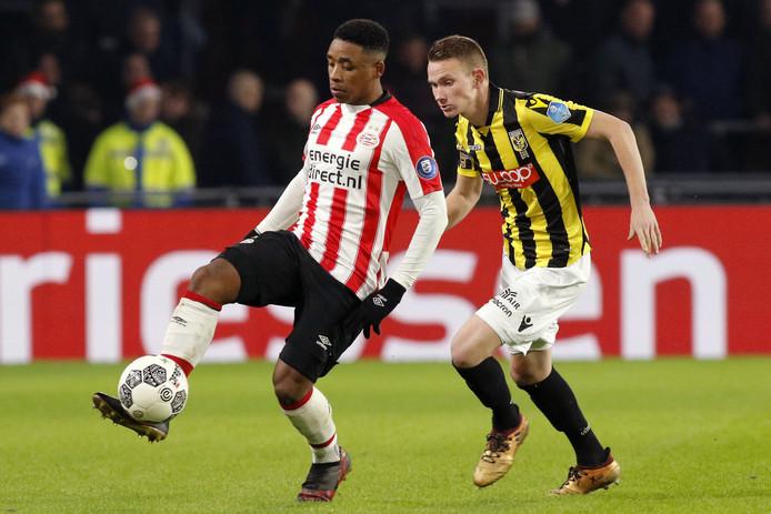 Julian Lelieveld (rechts) in duel met Steven Bergwijn van PSV.