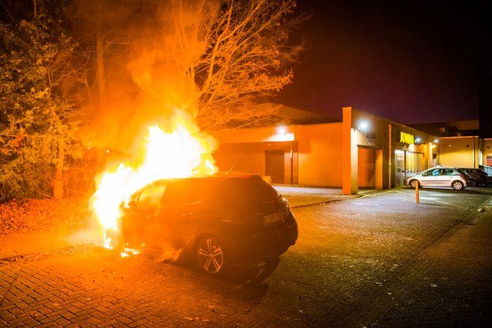Een auto in Nuenen aan de Hoge brake is volledig uitgebrand.