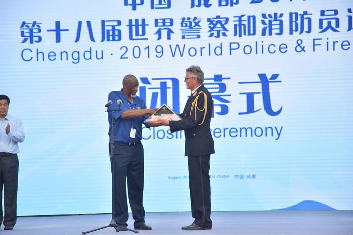 De overhandiging van de vlag van de World Police & Fire Games.