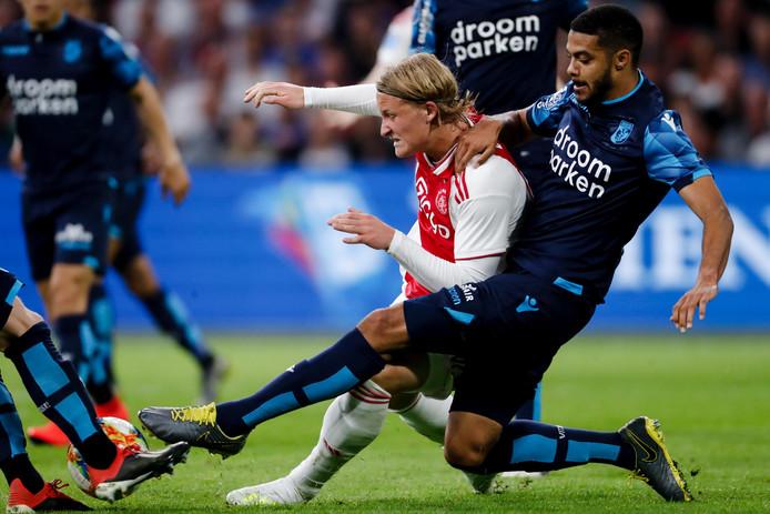 Jake Clarke-Salter duelleert voor Vitesse met Ajacied Kasper Dolberg.