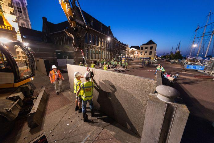 Een van de klepkeringen bij de Stadsbrug in Kampen wordt opgezet tijdens de jaarlijkse oefening van de Hoogwaterbrigade.
