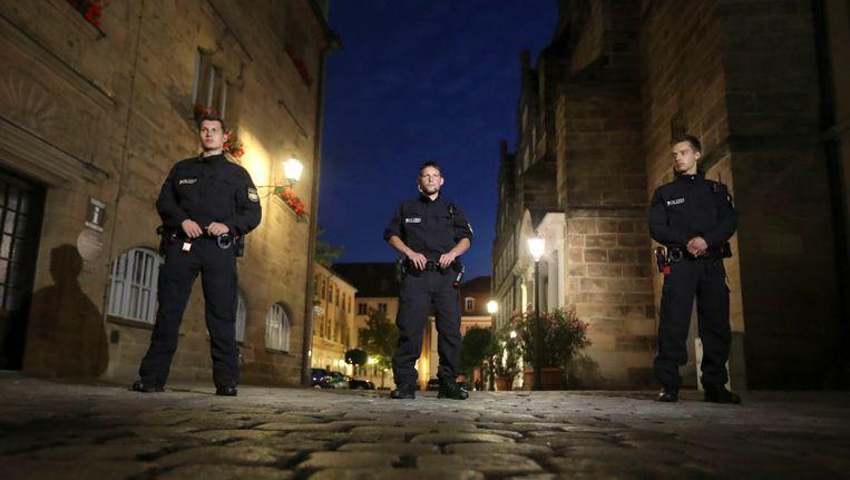 Politieagenten bewaken de locatie waar zondagavond een Syrische asielzoeker zichzelf opblies. Beeld AP