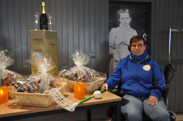Anneke Vanheusden bij de cava en biermanden die te koop aangeboden worden om de Powerchair Hockey Foundation te steunen.
