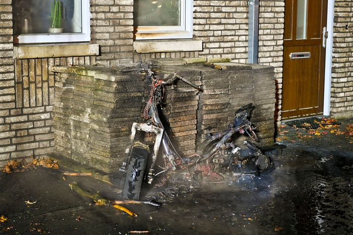Scooter verwoest door brand in Valkenswaard.