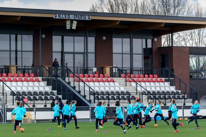 Het complex van NIVO-Sparta is in trek bij de KNVB, hier trainen de MO17 in 2018 voor een EK-selectiewedstrijd.