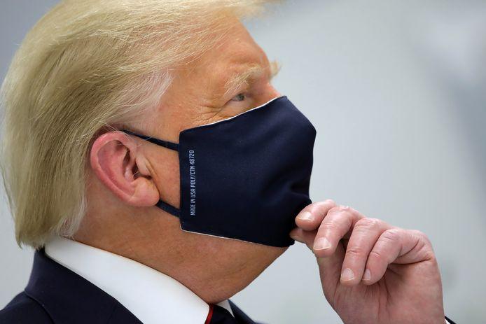 President Donald Trump eind juli met een mondkapje op bij een rondleiding door het innovatiecenter van Fujifilm in Morrisville, North-Carolina