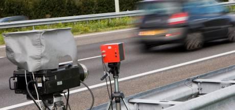 Man rijdt zonder rijbewijs op N35 in auto van vrouw met 4.000 euro aan boetes