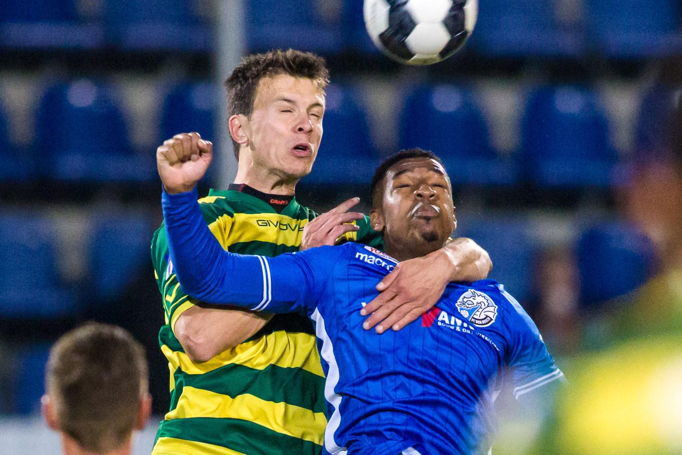 FC Den Bosch speler Brandon Robinson (R) in duel met Fortuna Sittard verdediger Ferry de Regt (L) .