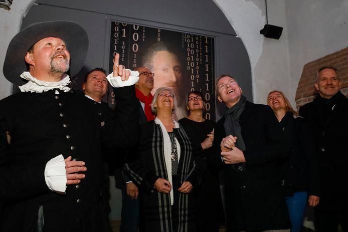 Onder anderen de Gelderse gedeputeerde Josan Meijers (midden) en de Bommelse burgemeester Peter Rehwinkel lieten zich opsluiten in de escape room op Slot Loevestein in Poederoijen. Die werd woensdagochtend officieel geopend. Links beheerder Jacques Mombers in de rol van Hugo de Groot.