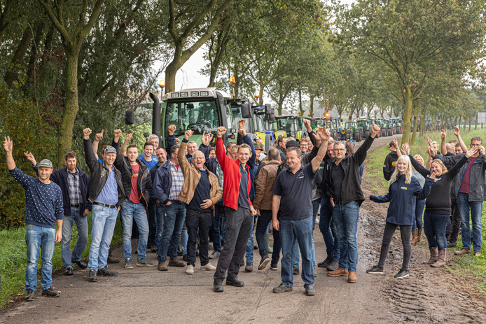 Ruim 60 boeren uit Baarn, Eemnes, Bunschoten-Spakenburg, Hoogland en Soest  verzamelde zich vanochtend langs de A1 bij Eembrugge.