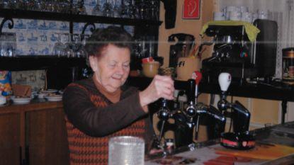 """Oudste cafébazin van het land wordt 100 jaar. Familie lanceert oproep: """"Stuur haar een verjaardagskaartje"""""""