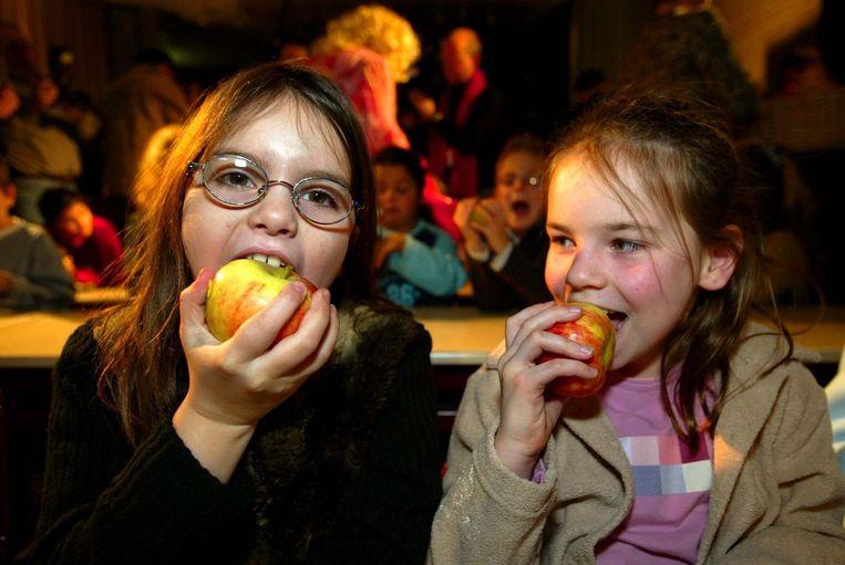 Leerlingen krijgen schoolfruit uitgedeeld Beeld anp
