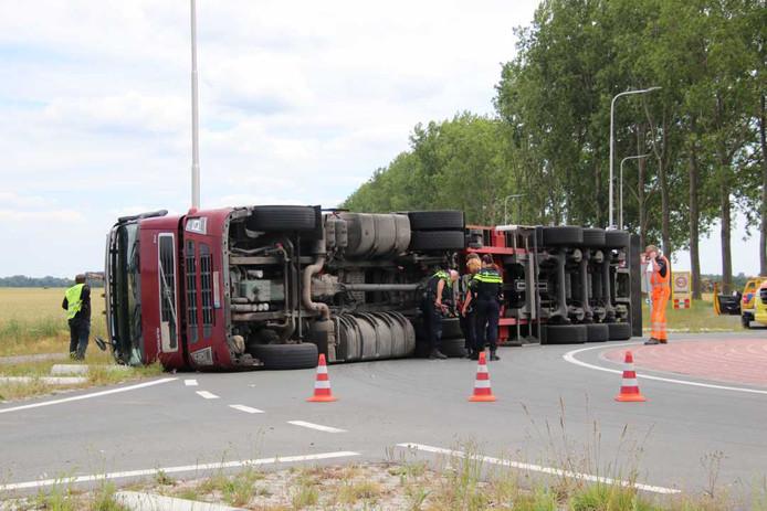 Een vrachtwagen is dinsdag gekanteld op een rotonde bij Westdorpe.