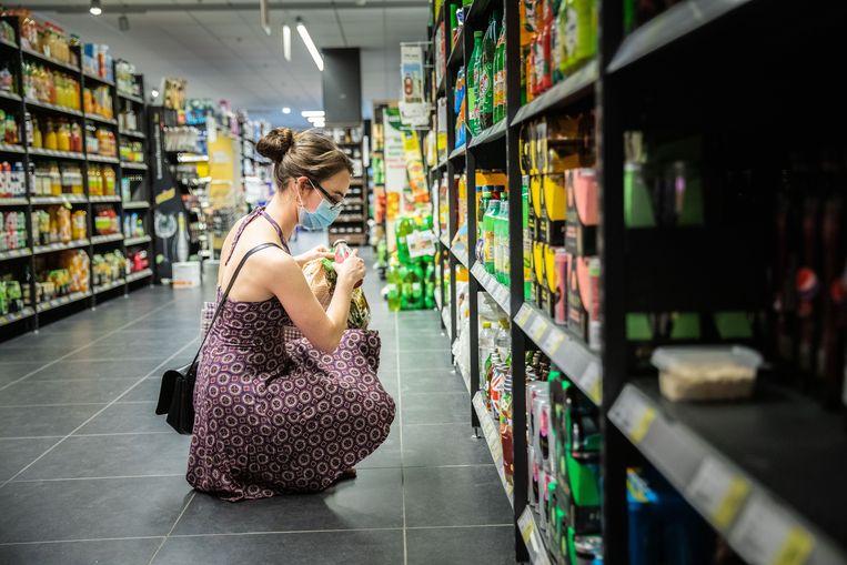 Mondmaskers in een supermarkt: een grote meerderheid wil het verplicht maken.