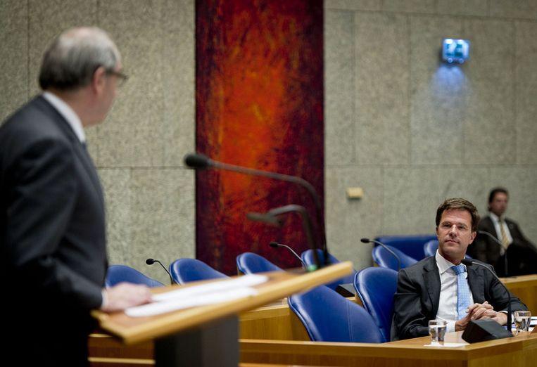 PvdA-leider Job Cohen en premier Rutte gisteren tijdens het spoeddebat in de Tweede Kamer. Volgens Cohen heeft Rutte het ambt van minister-president aangetast. FOTO ANP Beeld