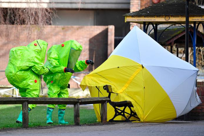 Onderzoekers doen in Salisbury onderzoek bij het bankje waar op 4 maart Sergei Skripal, voormalig Russisch spion, en zijn dochter werden aangetroffen na te zijn vergiftigd.
