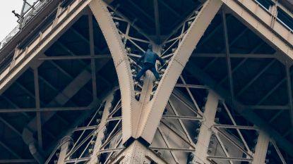 Eiffeltoren geëvacueerd voor onbekende klimmer