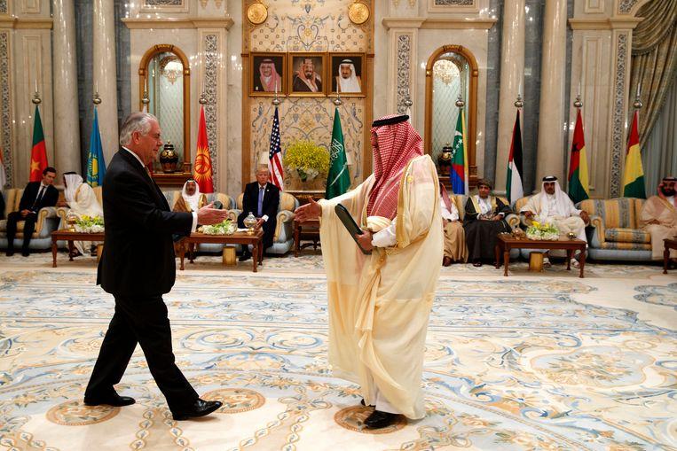 De Amerikaanse president Donald Trump kijkt toe hoe zijn buitenlandminister Rex Tillerson de Saudische kroonprins Muhammad bin Nayef de hand schudt. Beeld AP