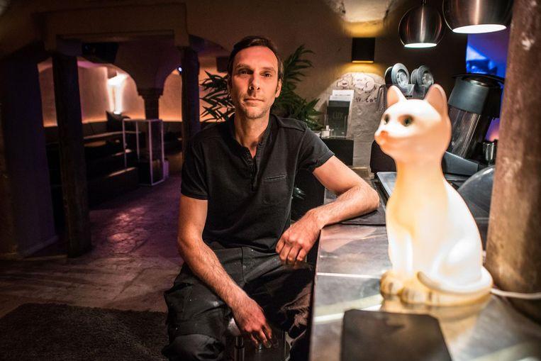 Nicolas Verbrugge aan de bar in White Cat. De club wordt omgevormd tot een evenementenlocatie.