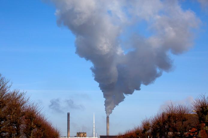 De rookpluim van de Amercentrale in Geertruidenberg.