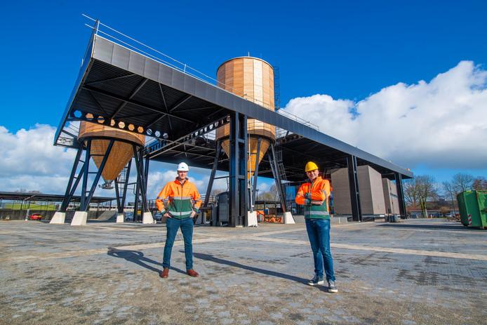 Martijn van Kampen (R) en Michiel Bruins zijn trots op het nieuwe werkgebouw.  ,,Daar word je toch blij van?'