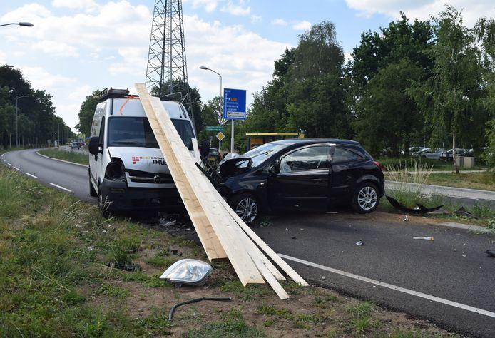 De auto reed door een hekje van de oversteekplaats bij de Wolborgmate en kwam op de verkeerde weghelft terecht.
