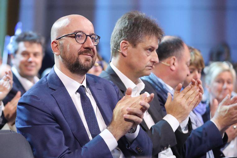 Charles Michel (l.) wordt tijdelijk voorzitter van de MR in vervanging van Olivier Chastel (2e l.).