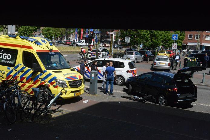 Drie auto's knalden vanmiddag op elkaar bij de Oudemansstraat in Den Haag.