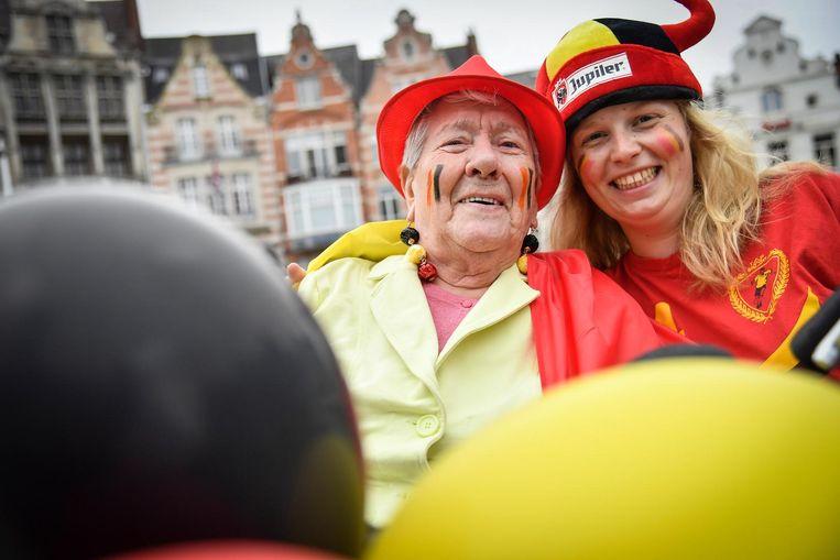 Caroline en Lisa, breed lachend tussen de ballonnen aan haar fiets.