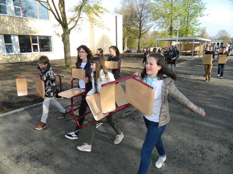 Van alle markten thuis: de leerlingen kruipen zelf in de rol van verhuizer en zoeken hun nieuwe leerthuis op.
