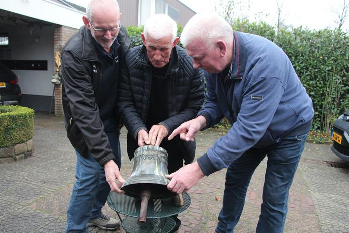 Henk van Langen, Dick Somsen en Bertie Bussink met de in 1859 in Dinxperlo gegoten klok die vanuit de voormalige gereformeerde kerk in Eibergen nu teruggaat naar Dinxperlo. Voor kortje AC8/9