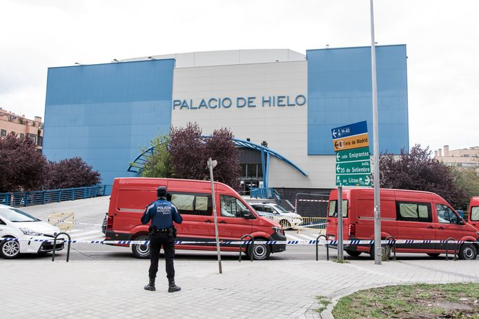 Een ijsbaan in Madrid doet tijdelijk dienst als noodmortuarium.