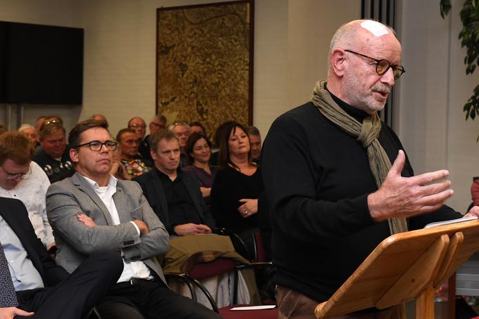 Ad Berends, initiatiefnemer van het burgerinitiatief in Mill, spreekt de raadsleden toe.