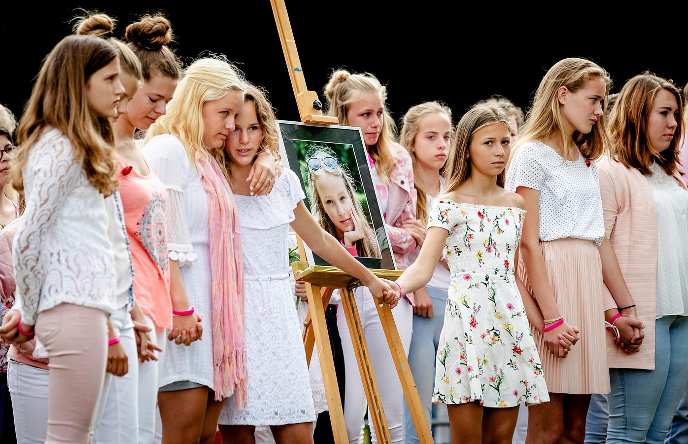 Naasten en dorpsgenoten nemen deel aan de rouwstoet op de dag van de begrafenis van Romy. De route eindigde bij de begraafplaats
