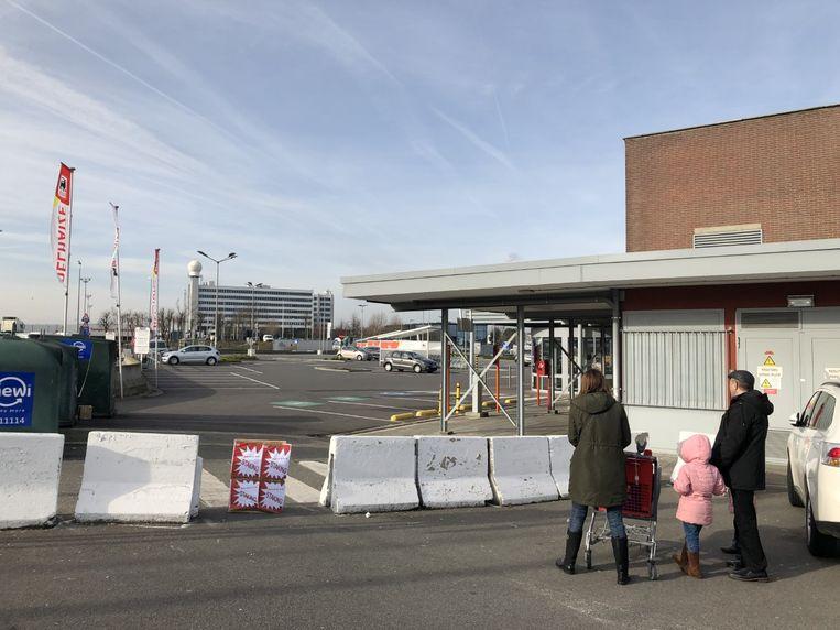 Klanten stonden woensdagochtend voor een gesloten Delhaize-winkel in Melsbroek.