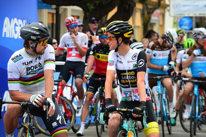 Antwan Tolhoek (rechts, in gesprek met wereldkampioen Peter Sagan) kon in de tijdrit de schade beperkt houden.