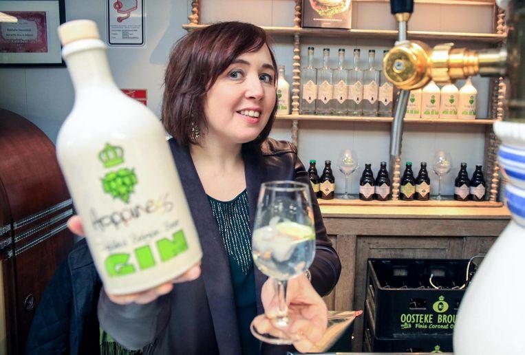 Sofie Vanrafelghem toont trots haar fruitige creatie: een lekker fris ginbier.