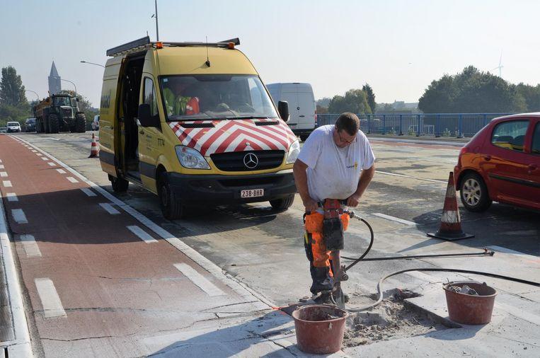 Het wegdek van Zelzatebrug krijgt een dringende oplapbeurt.