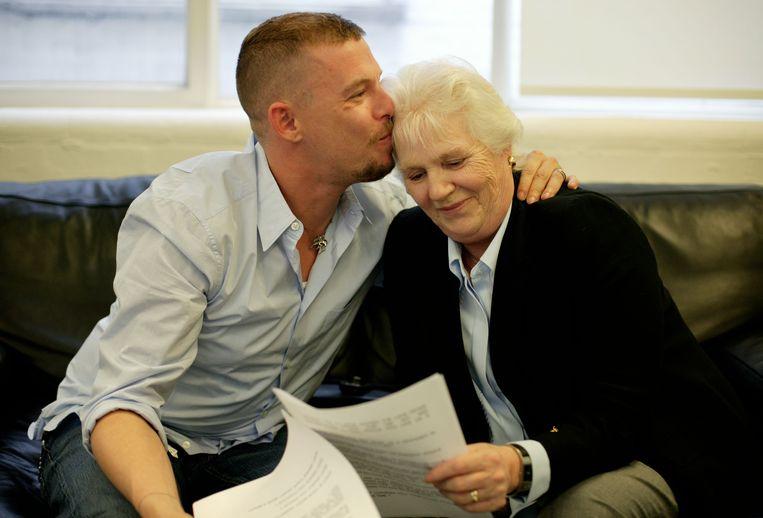 Alexander McQueen en zijn moeder Joyce.  Beeld Dan Chung