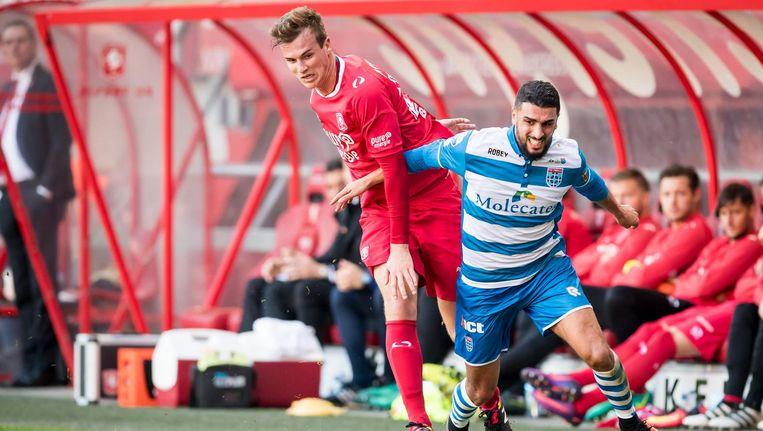 Youness Mokhtar van PEC Zwolle in duel met Peet Bijen (FC Twente). Beeld ProShots